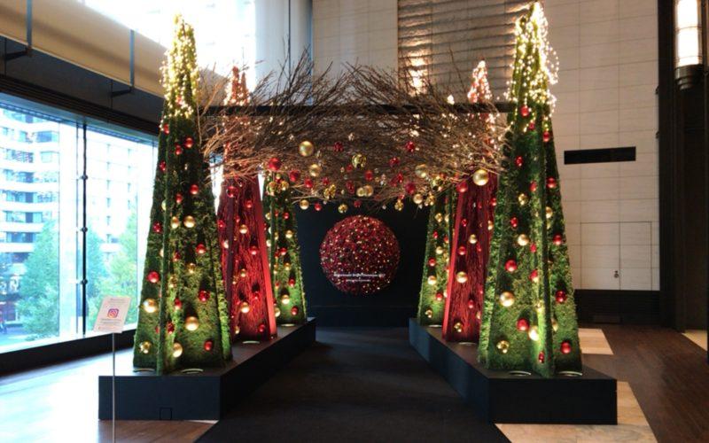 丸の内ブライトクリスマス2017で新丸ビル3Fのアトリウムに展示されたブルーミングアーチ