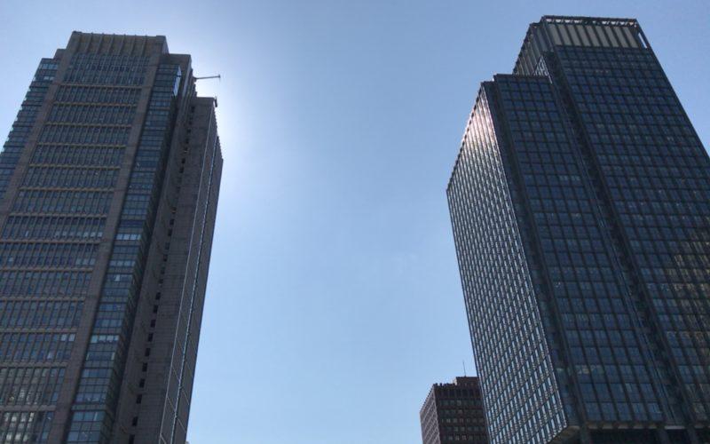 東京駅の丸の内中央口から見た丸ビルと新丸ビルの建物