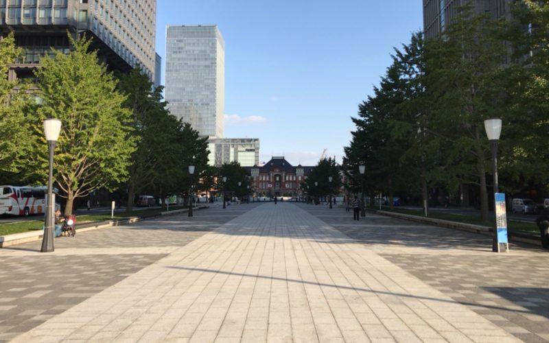 行幸通りから見える東京駅と左右にある丸ビル・新丸ビル