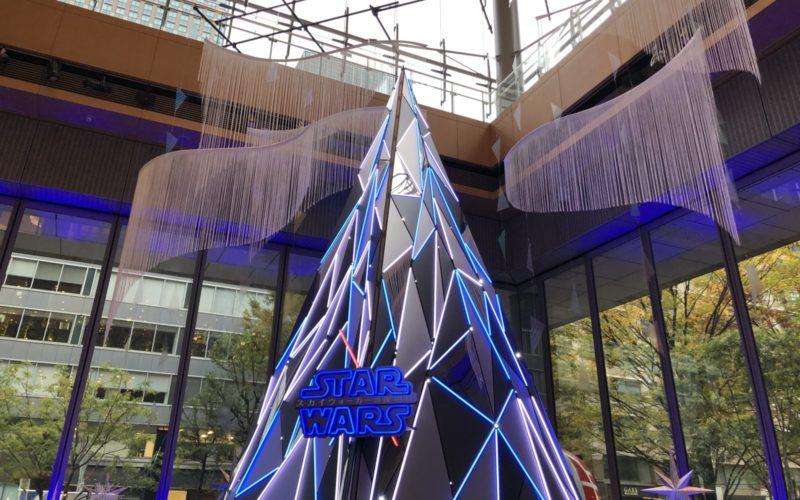 """丸ビル1Fのマルキューブに登場した「STAR WARS """"Precious for you"""" 丸の内ブライトクリスマス2019」のクリスマスツリー"""