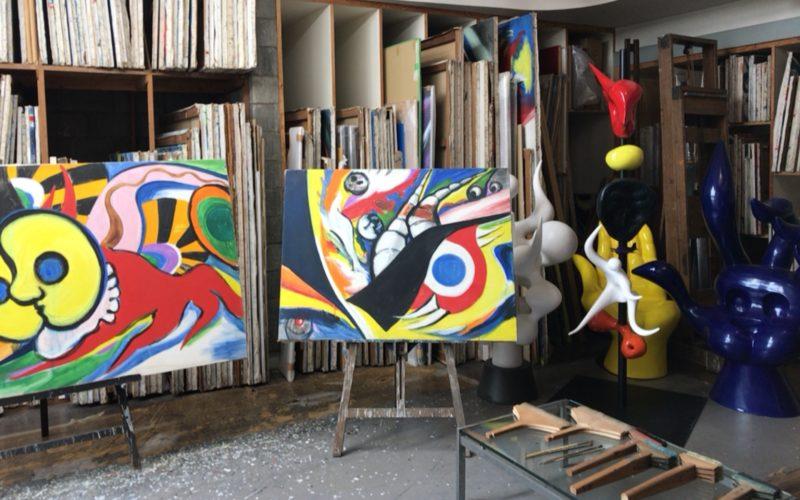 岡本太郎記念館の館内のアトリエにある作品や画材