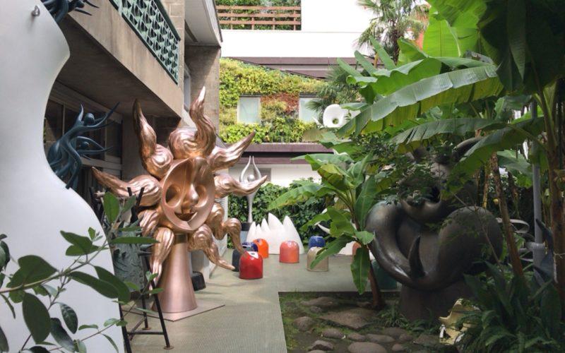 岡本太郎記念館の庭園に展示されている作品群