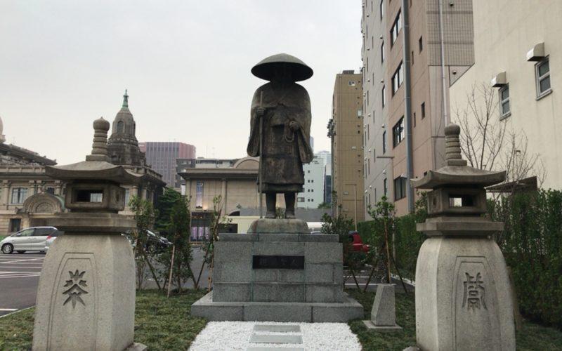 築地本願寺の中庭に設置している親鸞像