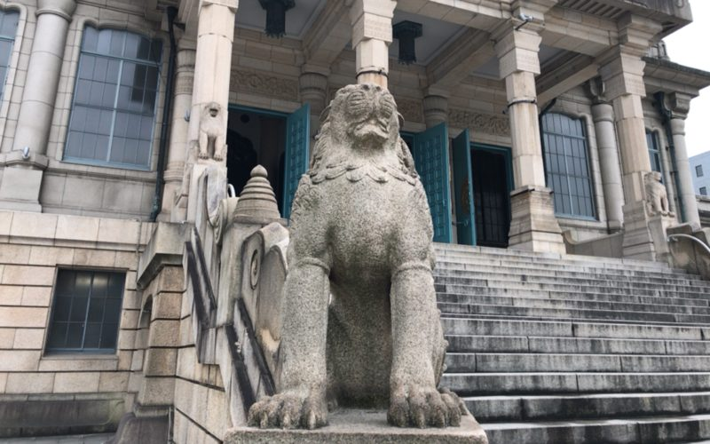 築地本願寺の正面玄関前に設置している有翼の獅子像