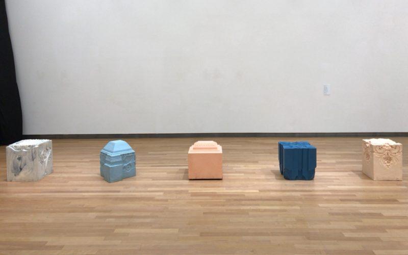 東京都庭園美術館で開催した装飾は流転する「今」と向きあう7つの方法の会場内に展示していたニンケ・コスターさんの作品「時のエレメント」