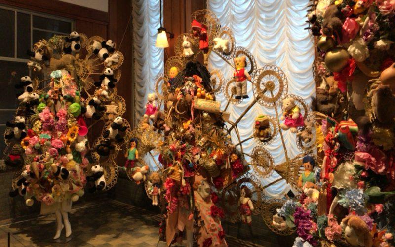 東京都庭園美術館で開催した装飾は流転する「今」と向きあう7つの方法の会場内に展示していた山縣良和さんの作品群