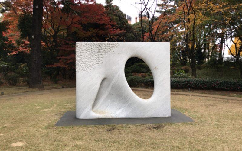 東京都庭園美術館の芝生広場に展示している安田侃さんの彫刻「風」