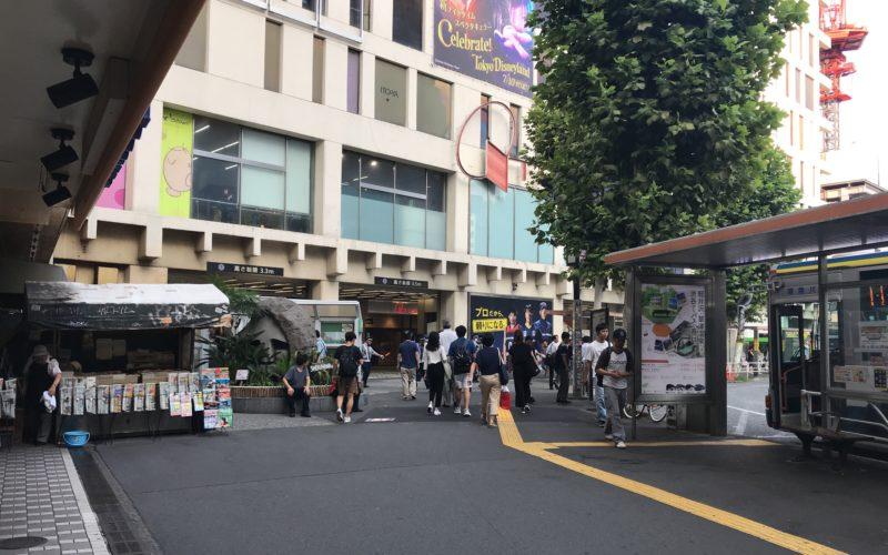 東急東横店の出入口と渋谷モヤイ像