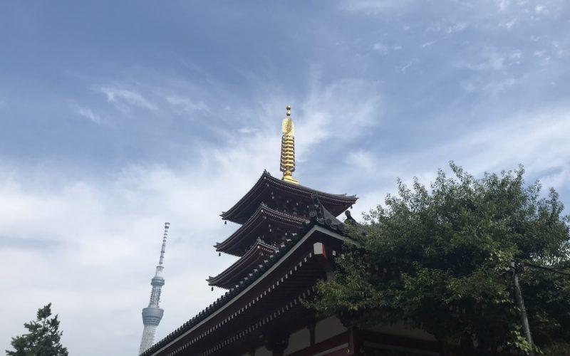 浅草寺の五重塔と背後に見えるスカイツリー
