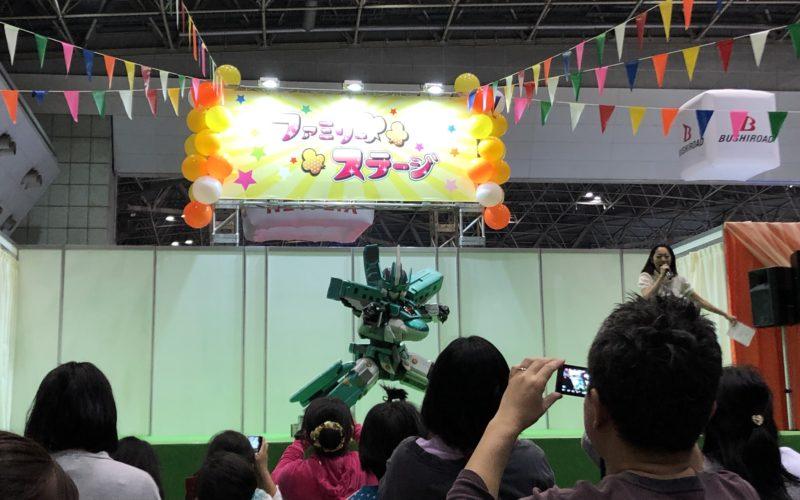 ファミリーアニメフェスタの新幹線変形ロボ シンカリオン ファミリーステージに登場したシンカリオン E5 はやぶさ