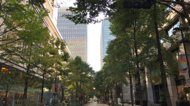 丸の内仲通りの通路と樹木